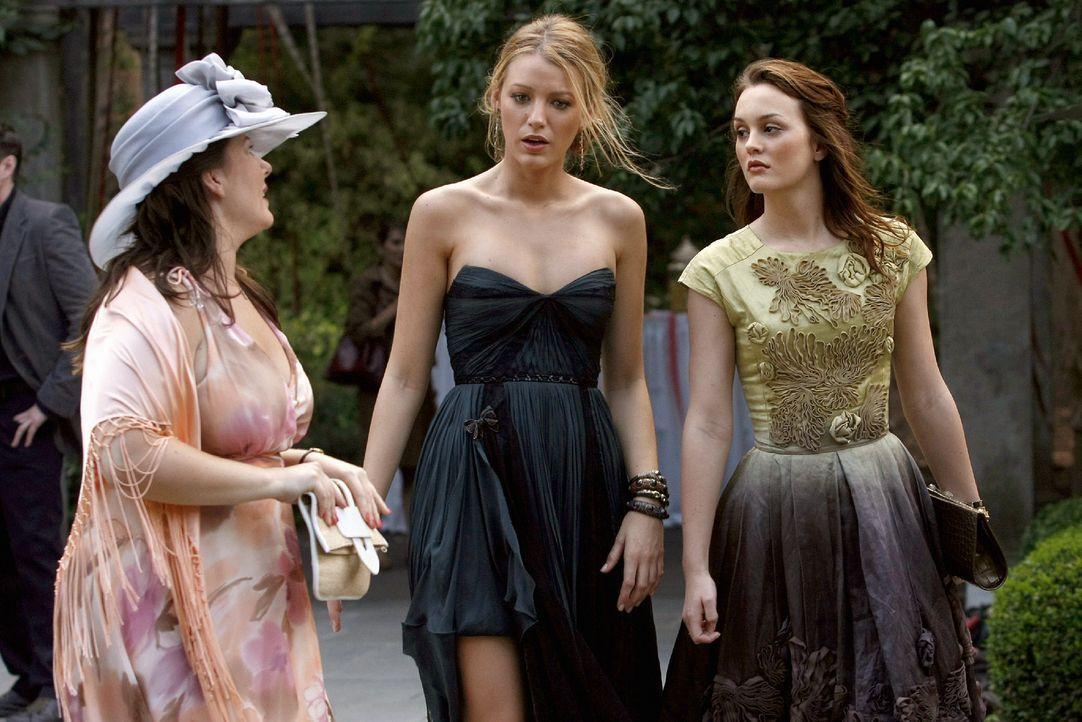Dorota (Zuzanna Szadkowski, l.) klärt Serena (Blake Lively, M.) und Blair (Leighton Meester, r.) über die Probleme der Hochzeitsplanung auf. - Bildquelle: Warner Brothers
