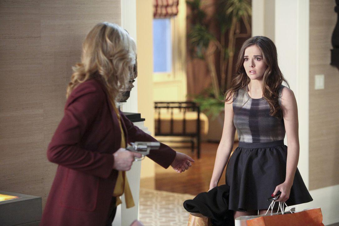 Was hat ihre Mutter (Andrea Roth, l.) nur vor? Juliet (Zoey Deutch, r.) ist mit der Situation völlig überfordert ... - Bildquelle: 2011 THE CW NETWORK, LLC. ALL RIGHTS RESERVED