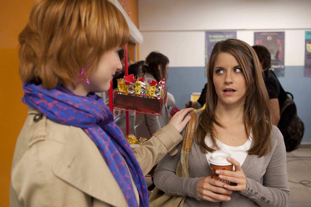 """Mit Hilfe des """"Vitaminpräparats"""" meistert Sophie (Franciska Friede, l.) voller Energie ihren Alltag und kann Bea (Vanessa Jung, r.) in ihrer Sorge... - Bildquelle: David Saretzki SAT.1"""