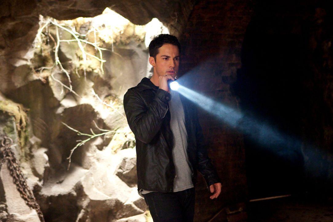 Tyler (Michael Trevino) befestigt Masons Ketten im alten Kerker, um sich auf die Vollmondnacht vorzubereiten ... - Bildquelle: sixx (Komm./PR) Warner Brothers