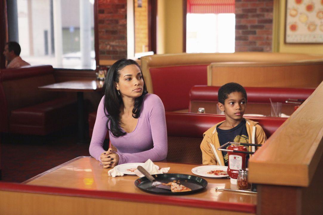 Während Gabrielle wegen ihrer Puppen-Besessenheit eine Therapie machen soll, versucht Bree alles, um Charlie (Sayeed Shahidi, r.) und Amber (Rochell... - Bildquelle: ABC Studios