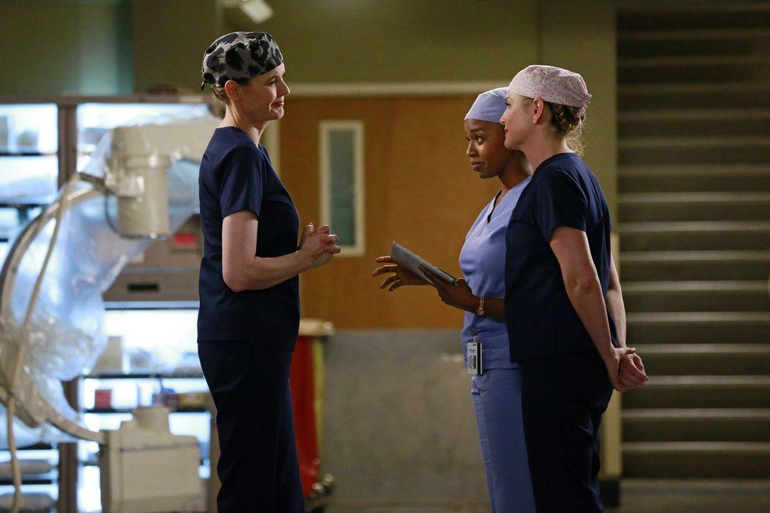 Dr. Herman (Geena Davis, l.) hat leider schlechte Nachrichten für Stephanie (Jerrika Hinton, M.) und Arizona (Jessica Capshaw, r.) bezüglich des Ult... - Bildquelle: ABC Studios