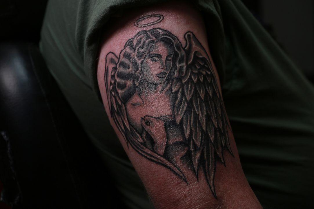 Der popelnde Mann wird zum schönen Engel, ob Cop Tim damit bei seiner Verlobten punkten kann? - Bildquelle: 2013 A+E Networks, LLC