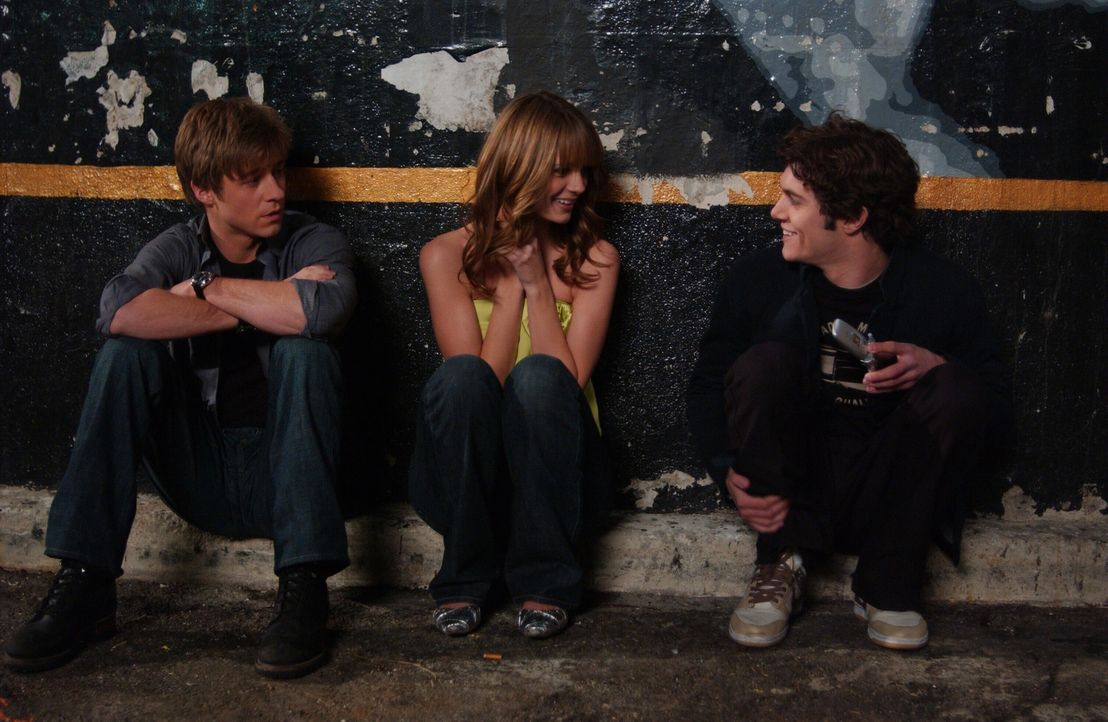 Überlegen sich einen Plan, wie sie Hailey aus dem Nachtclub befreien können: Ryan (Benjamin McKenzie, l.), Marissa (Mischa Barton, M.) und Seth (A... - Bildquelle: Warner Bros. Television
