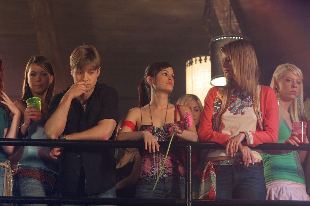 Wird es Ryan (Benjamin, McKenzie, l.), Summer (Rachel Bilson, M.) und Marissa (Mischa Barton, r.) gelingen den richtigen Drogendealer zu finden? - Bildquelle: Warner Bros. Television