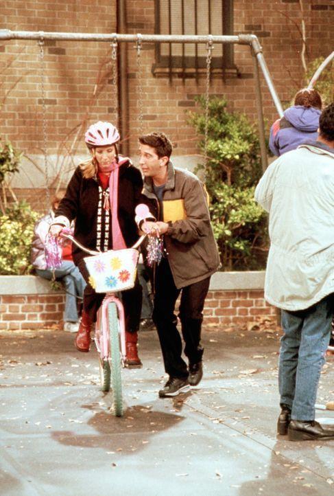 """Phoebe (Lisa Kudrow, l.) sitzt zum ersten Mal in ihrem Leben auf einem Fahrrad, Ross (David Schwimmer, r.) ist ihr """"Fahrlehrer"""". - Bildquelle: TM+  2000 WARNER BROS."""
