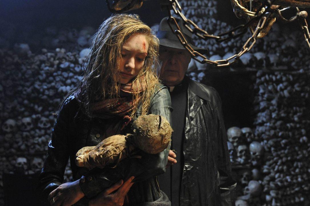 Als Kirsten (Eleanor Tomlinson) die Leiche des Babys der Hexe Hepzibah gefunden hat, glaubt sie, dass der mörderische Spuk ein Ende hat. Ein fatale... - Bildquelle: Ibra Ibrahimovic ProSieben