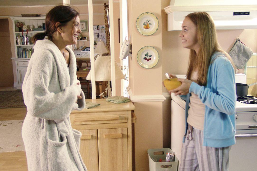 Julie (Andrea Bowen, r.) freut sich mit ihrer Mutter Susan (Teri Hatcher, l.), da sie zu einem Abendessen bei ihrem Schwarm und Nachbarn Mike eingel... - Bildquelle: Touchstone Pictures