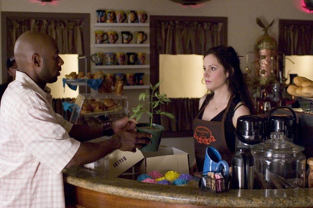 Conrad (Romany Malco, l.) hat einen großen Plan, indem er gemeinsam mit Nancy (Mary-Louise Parker, r.) ein Geschäft auszieht .... - Bildquelle: Lions Gate Television