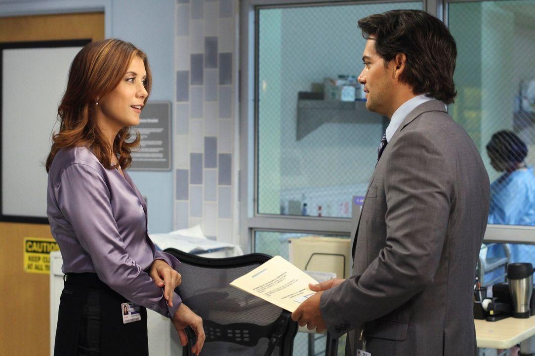 Ein Baby wird mit einem Tumor geboren. Schnell stellt sich die Frage, ob Chemo oder OP. Addison (Kate Walsh, l.) und Dr. Rodriguez (Cristián de la... - Bildquelle: ABC Studios