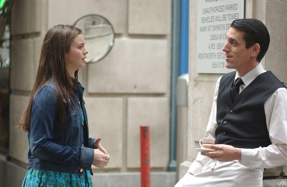 Joan (Amber Tamblyn, l.) trifft auf Gott, der ihr in Gestalt eines französischen Kellners (Michael Wyle, r.) auftritt ... - Bildquelle: Sony Pictures Television
