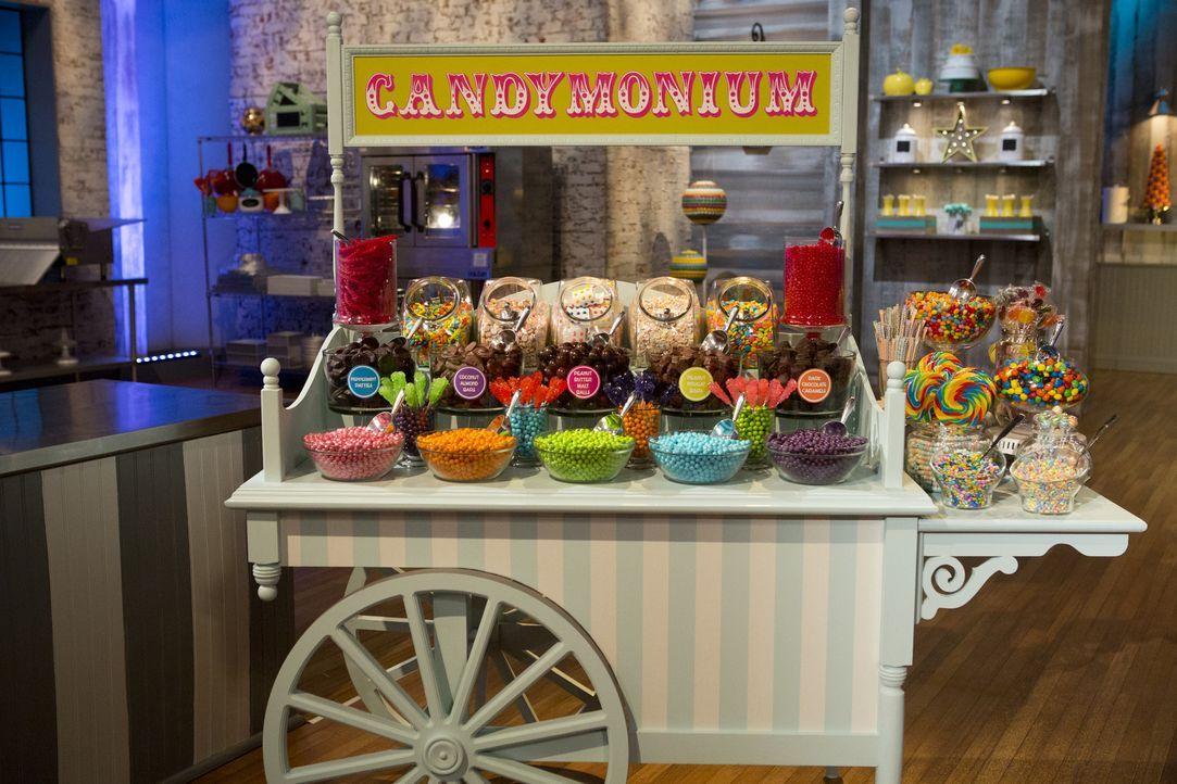 Süßigkeiten, überall Süßigkeiten! In dieser Woche müssen die verbleibenden fünf Bäcker ein Dessert zaubern, in dem drei verschiedene Candy-Arten ver... - Bildquelle: Adam Rose 2015, Television Food Network, G.P.  All Rights Reserved.