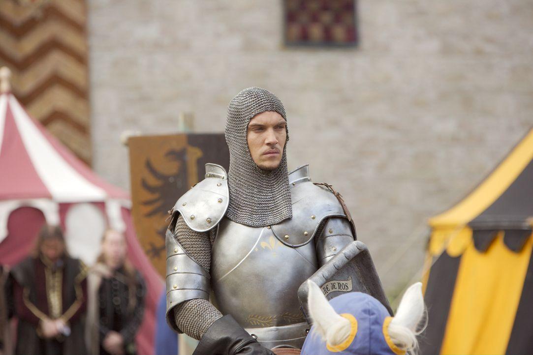 Um Lady Jane zu beeindrucken, nimmt Henry (Jonathan Rhys Meyers) an einem Turnier teil und wird jedoch beim Lanzenstechen unter seinem Pferd begrabe... - Bildquelle: 2008 TM Productions Limited and PA Tudors II Inc. All Rights Reserved.