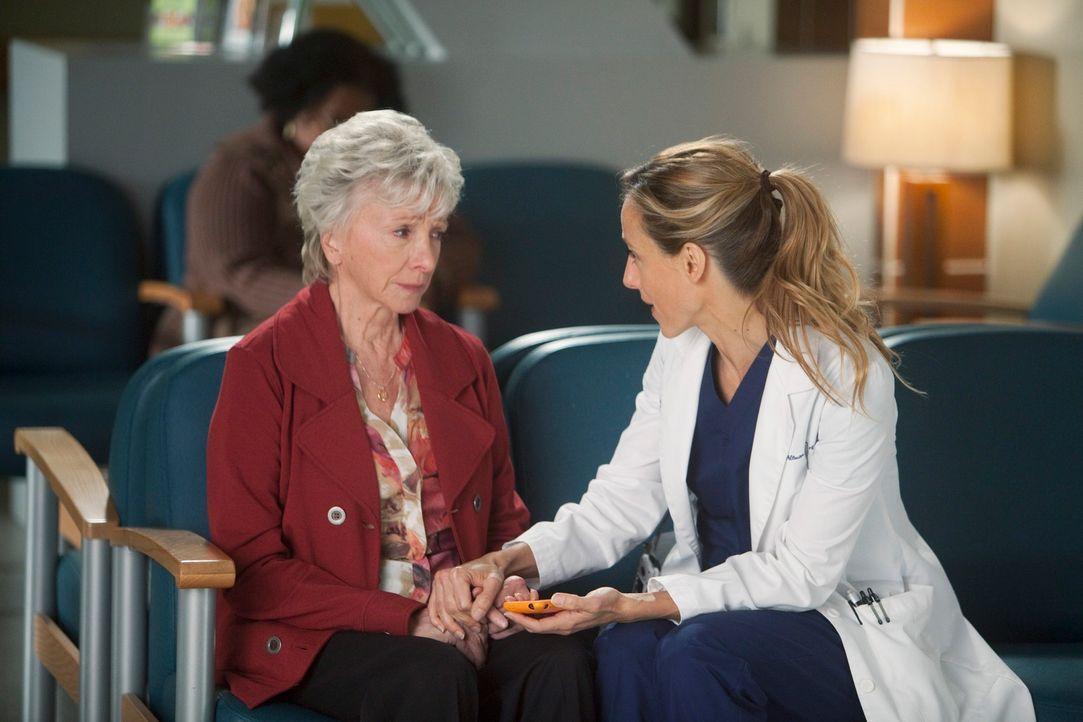 Teddy (Kim Raver, r.) kümmert sich um Emma (Elizabeth Franz, l.), die sich große Sorgen um ihren Mann macht, der sich gerade einer Herz-Operation un... - Bildquelle: ABC Studios
