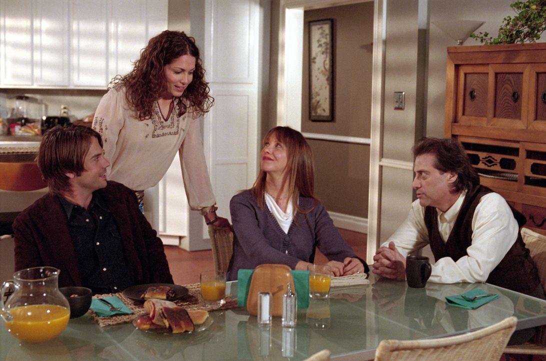 Matt (Barry Watson, l.) und Sarah (Sarah Danielle Madison, 2.v.l.) haben Angst davor, ihren Eltern Annie und Eric und Rosina (Laraine Newman, 2.v.r.... - Bildquelle: The WB Television Network