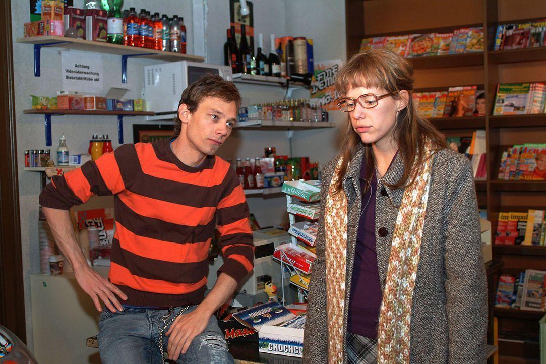 Noch völlig geschafft von ihrer Liebeserklärung, kommt Lisa (Alexandra Neldel, r.) in Jürgens (Oliver Bokern, l.) Kiosk an. (Dieses Foto von Alex... - Bildquelle: Sat.1
