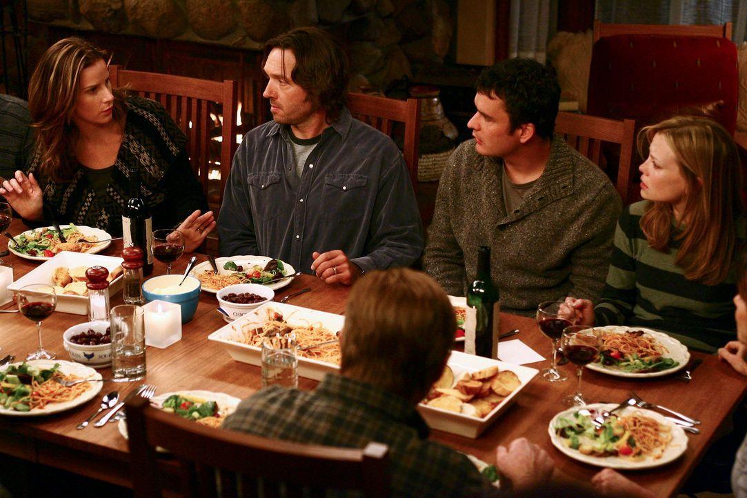 Als Julia (Sarah Jane Morris, r.) und Tommy (Balthazar Getty, 2.v.r.) im engsten Familienkreis nach einem Samenspender suchen, sind Sarah (Rachel Gr... - Bildquelle: Disney - ABC International Television