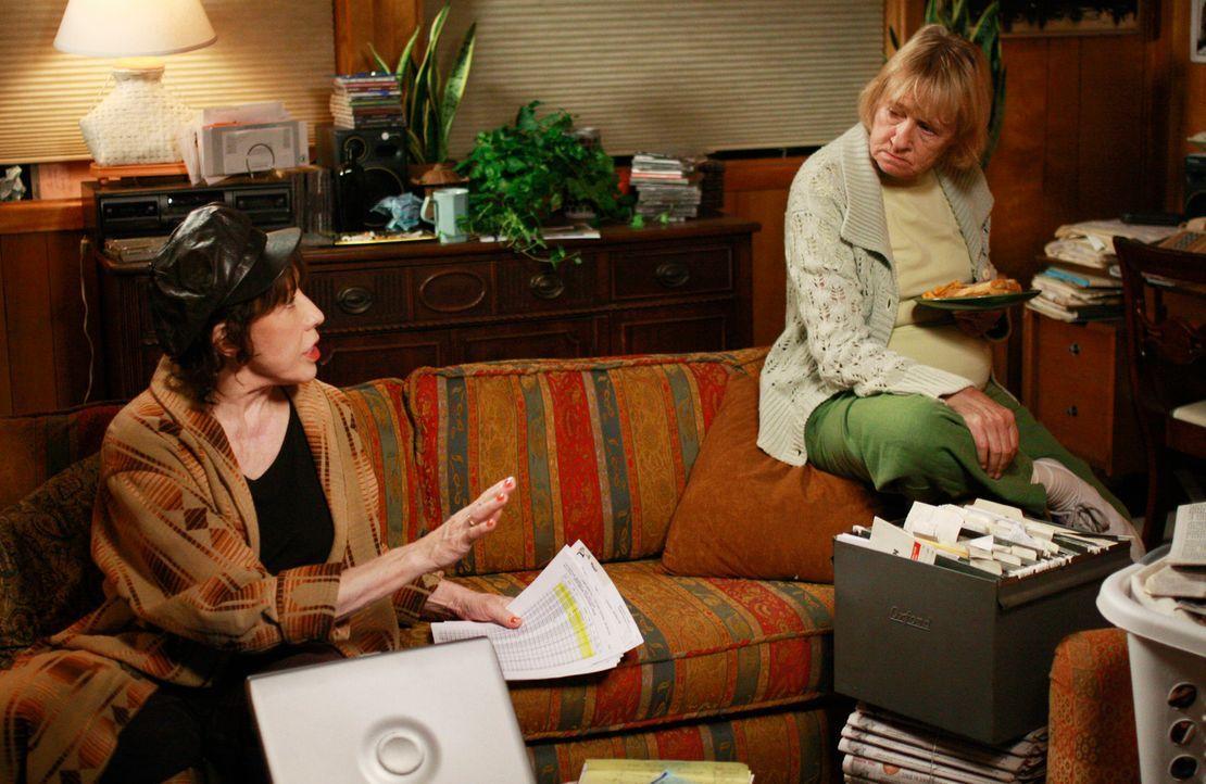 Wollen Klarheit über Dave haben: Mrs. McCluskey (Kathryn Joosten, r.) und ihre Schwester Roberta (Lily Tomlin, l.) ... - Bildquelle: ABC Studios