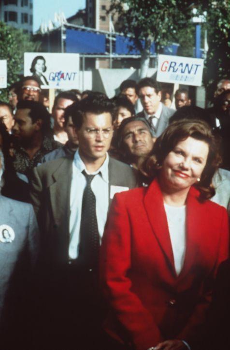 Erpressung: Gene Watson (Johnny Depp, hinten) soll Eleanor Grant (Marsha Mason, vorne), die Gouverneurin von Kalifornien, ermorden ... - Bildquelle: Paramount Pictures