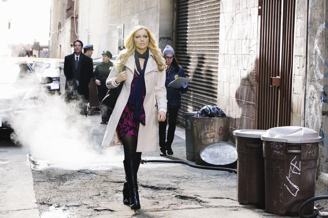 Die attraktive Schauspielerin Natalie Rhodes (Laura Prepon) sorgt am Tatort für Aufsehen ... - Bildquelle: 2010 American Broadcasting Companies, Inc. All rights reserved.