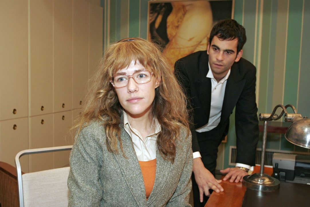 Lisa (Alexandra Neldel, l.) versucht David (Mathis Künzler, r.) - obwohl es ihr schwer fällt - immer wieder für eine Aussprache mit Mariella aufz... - Bildquelle: Monika Schürle Sat.1