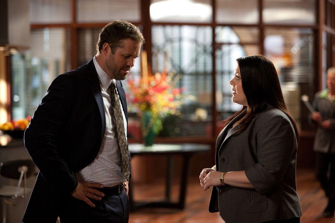 Jane (Brooke Elliott, r.) hat wieder einmal Ärger an allen Fronten. Nicht nur, dass die Beziehung mit Tony (David Denman, l.) alles andere als rund... - Bildquelle: 2009 Sony Pictures Television Inc. All Rights Reserved.