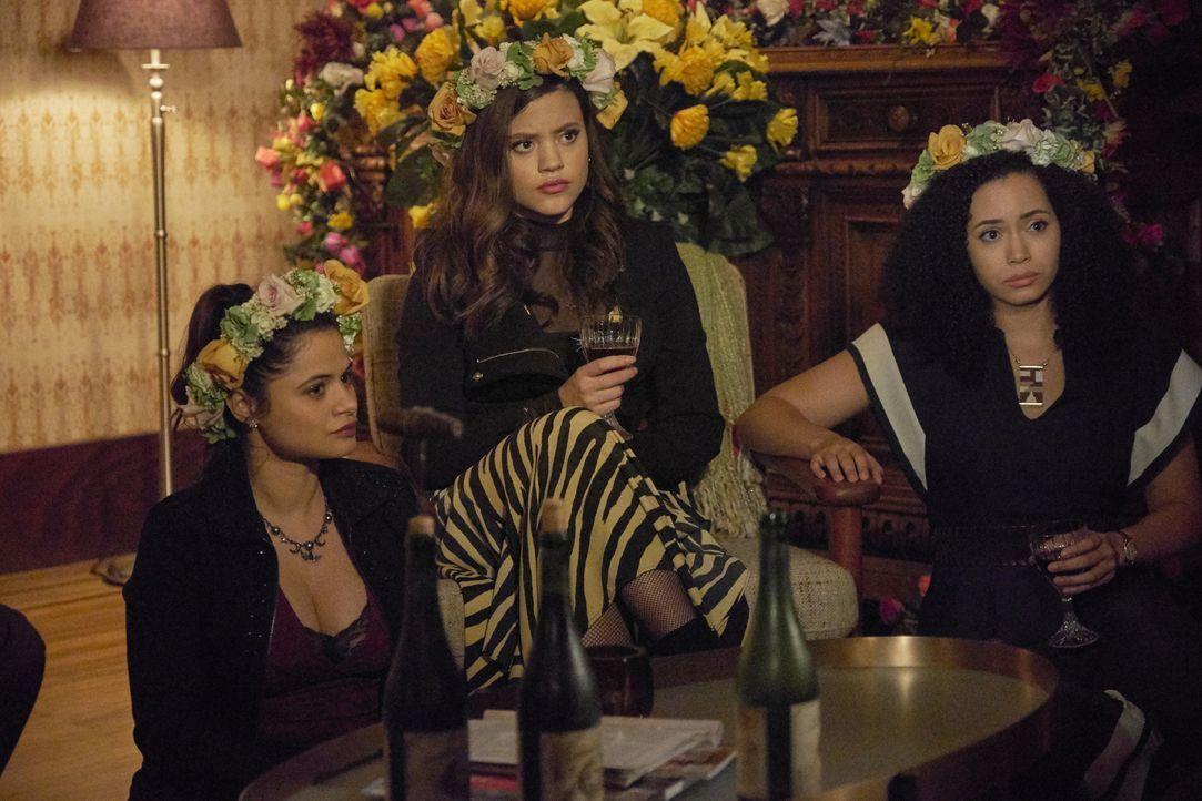 (v.l.n.r.) Mel Vera (Melonie Diaz); Maggie Vera (Sarah Jeffery); Macy Vaughn (Madeleine Mantock) - Bildquelle: Michael Courtney 2018 The CW Network, LLC. All Rights Reserved.