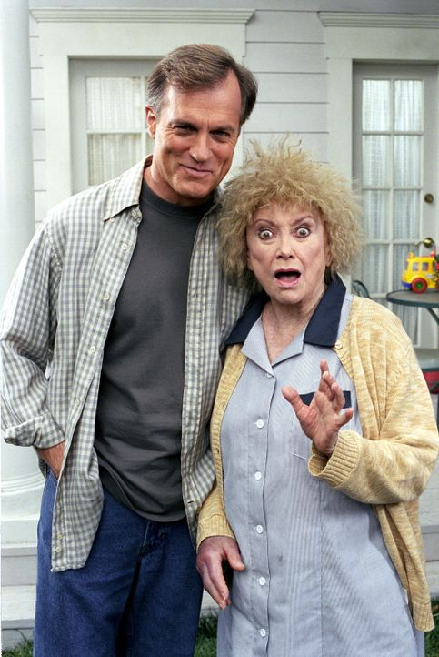 Wird es Eric (Stephen Collins, l.) übers Herz bringen, Gabrielle (Phyllis Diller, r.) vor die Tür zu setzen? - Bildquelle: The WB Television Network