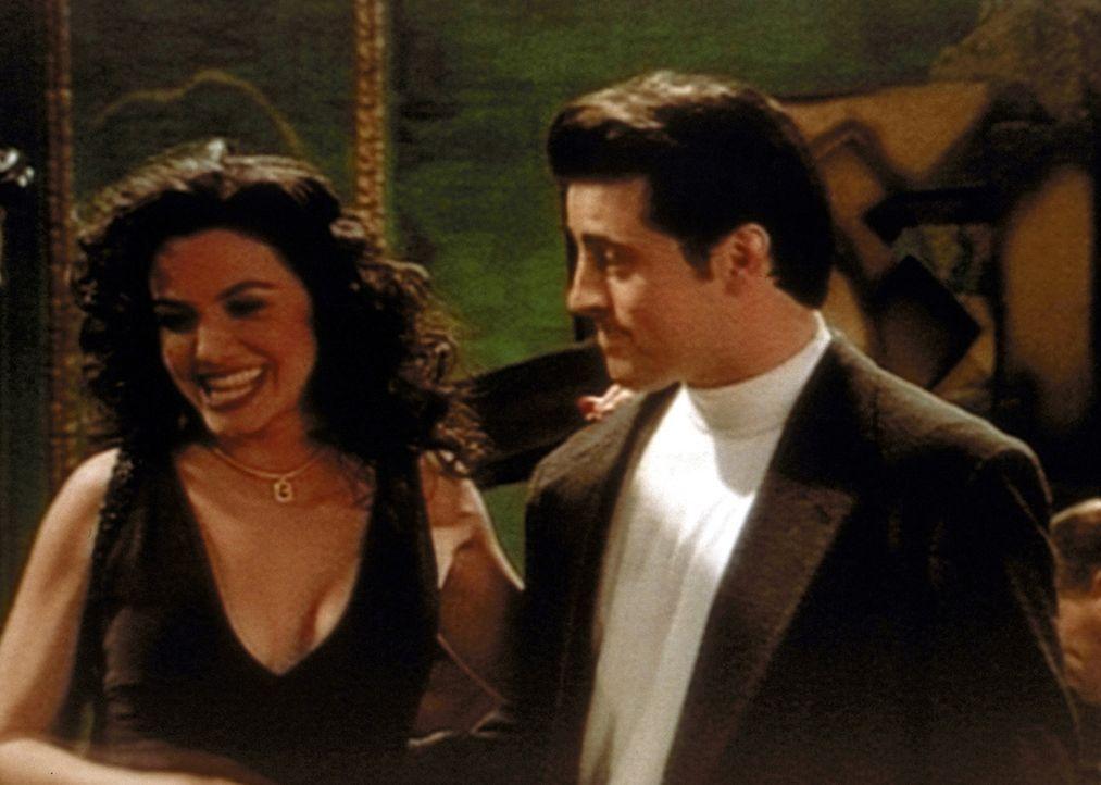 Joey (Matt LeBlanc, r.) hat eine Verabredung, und die junge Dame bringt für Chandler ihre Freundin mit. - Bildquelle: TM+  2000 WARNER BROS.