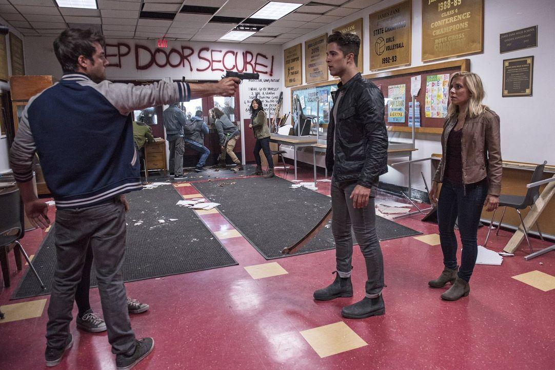 Beim Dreh der neusten Folge von Zombie High passiert etwas, mit dem die Darsteller Wyatt Carver alias Cody (Zack Peladeau, l.), Jordan alias Burdick... - Bildquelle: 2014 Warner Brothers