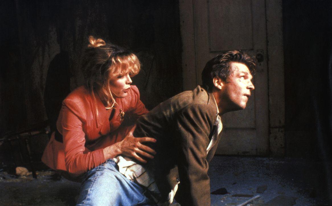 Der Überlebenskampf hat auch etwas Gutes: Für kurze Zeit vergessen Nadine (Kim Basinger, l.) und Vernon (Jeff Bridges, r.) ihre Eheprobleme ... - Bildquelle: CPT Holdings, Inc. All Rights Reserved.
