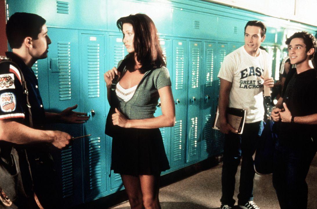 Die Traumfrau: Für Jim (Jason Biggs, l.) ist die schöne Nadja (Shannon Elizabeth, M.) der absolute Hammer ... - Bildquelle: Constantin Film