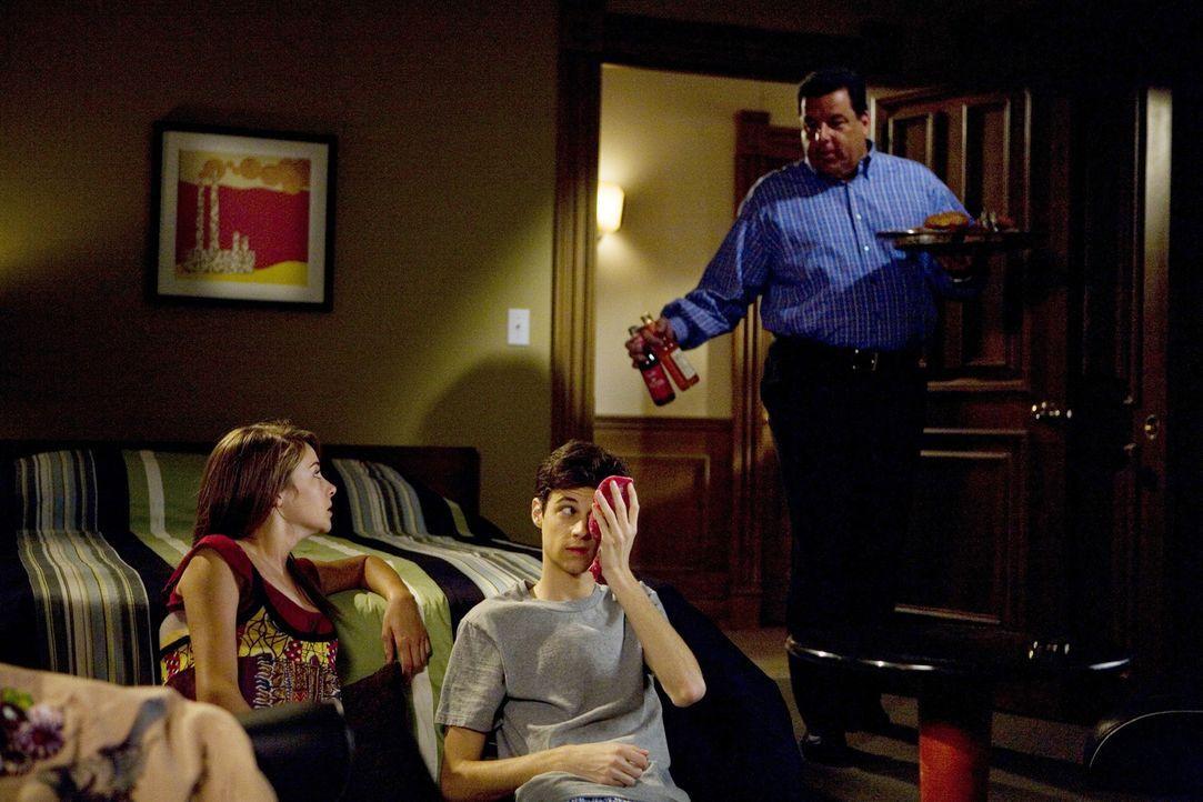 Leo (Steve Schirripa, r.) kümmert sich immer liebevoll um seinen Sohn Ben (Kenny Baumann, M.) und dessen schwangere Freundin Amy (Shailene Woodley,... - Bildquelle: ABC Family