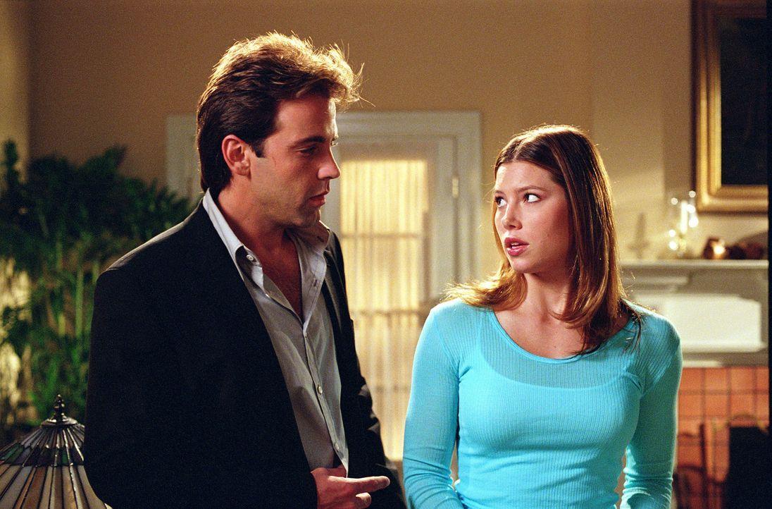 Carlos (Carlos Ponce, l.) und Mary (Jessica Biel, r.) haben aufregende Neuigkeiten zu berichten ... - Bildquelle: Paul McCallum The WB Television Network