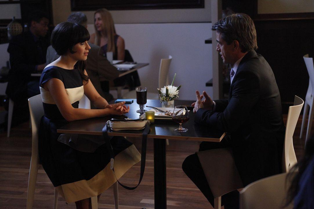 Jess (Zooey Deschanel, l.) ist verunsichert, weil das erste Date mit Russell (Dermot Mulroney, r.) ein peinliches Ende hatte und er beim zweiten Dat... - Bildquelle: 20th Century Fox