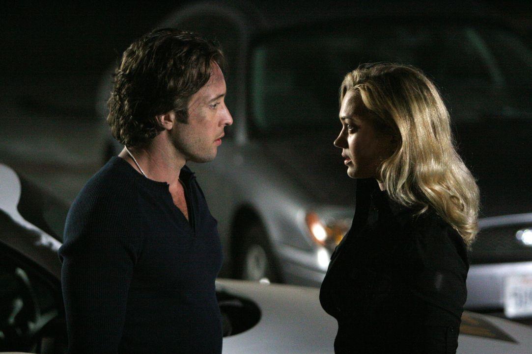 Nach ihrem ersten Kuss sind die beiden etwas verwirrt: Mick (Alex O'Loughlin, l.) und Beth (Sophia Myles, r.) wissen nicht, wie sie in Zukunft mitei... - Bildquelle: Warner Brothers