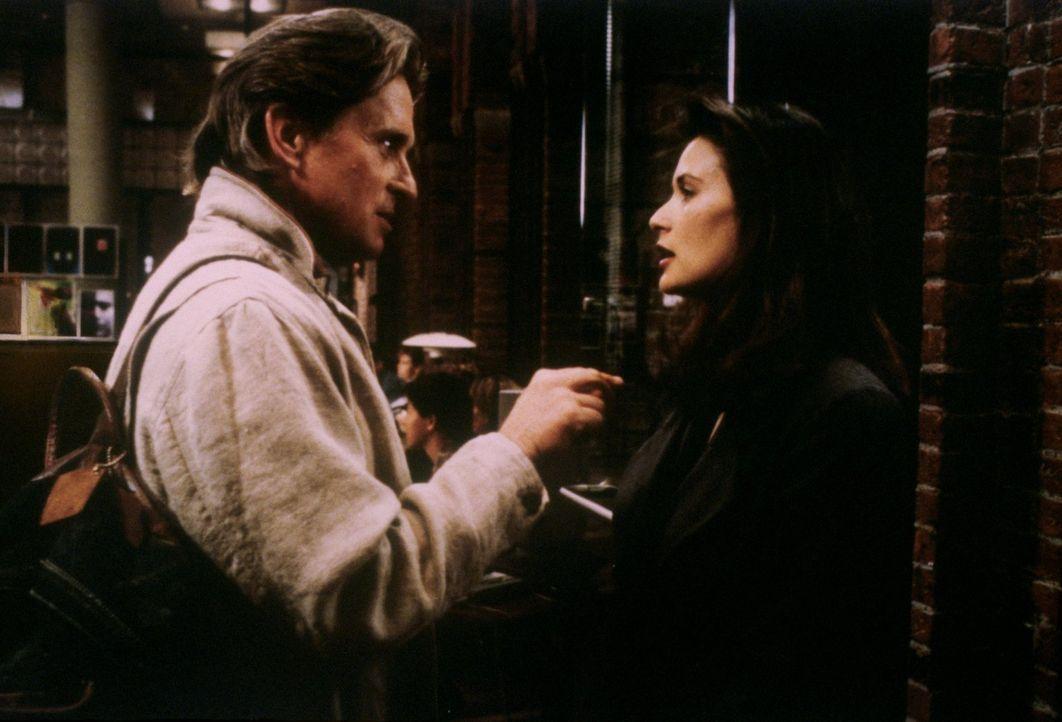 Vor Jahren hatten Tom Sanders (Michael Douglas, l.) und Meredith Johnson (Demi Moore, r.) eine Affäre, doch als Meredith in seinem Unternehmen zu ar... - Bildquelle: 1994 Warner Bros.