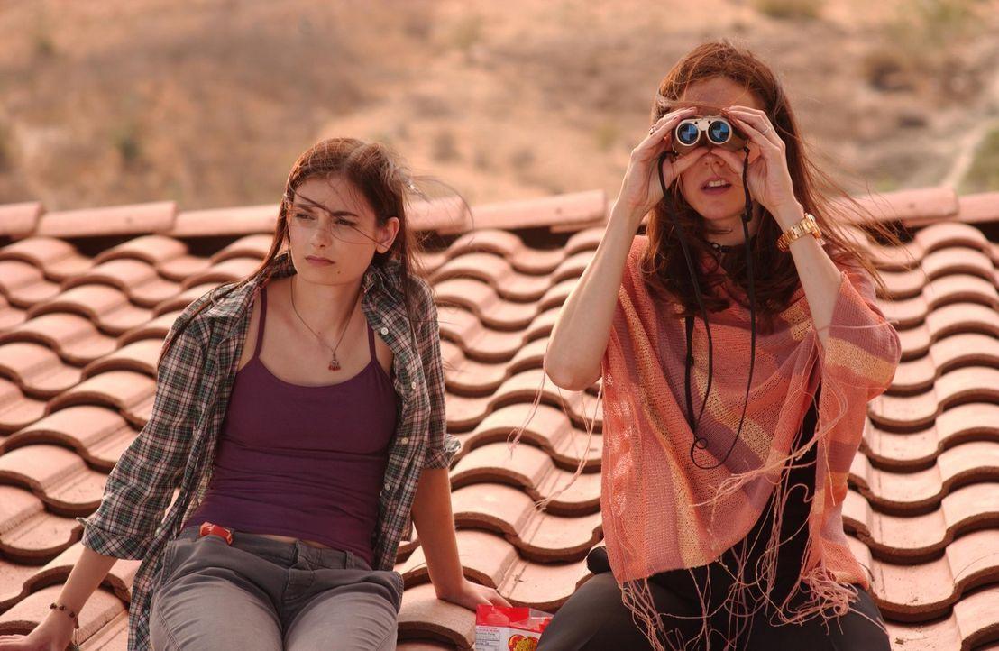 Machen eine interessante Entdeckung: Quinn (Haley Hudson, l.) und Nancy (Mary-Louise Parker, r.) ... - Bildquelle: Lions Gate Televison