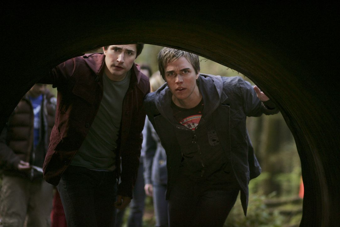 Der unscheinbare Tunnel birgt viele Geheimnisse. Kyle (Matt Dallas, l.) und Declan (Chris Olivero, r.) können der Versuchung nicht widerstehen und... - Bildquelle: TOUCHSTONE TELEVISION