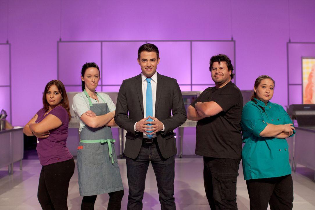 Moderator Jonathan Bennett (M.) ist gespannt, wie sich die vier Bäcker Victoria Stilwell (l.), Danielle Keene (2.v.l.), Steve Barela (2.v.r.) und Je... - Bildquelle: 2015, Television Food Network, G.P. All Rights Reserved