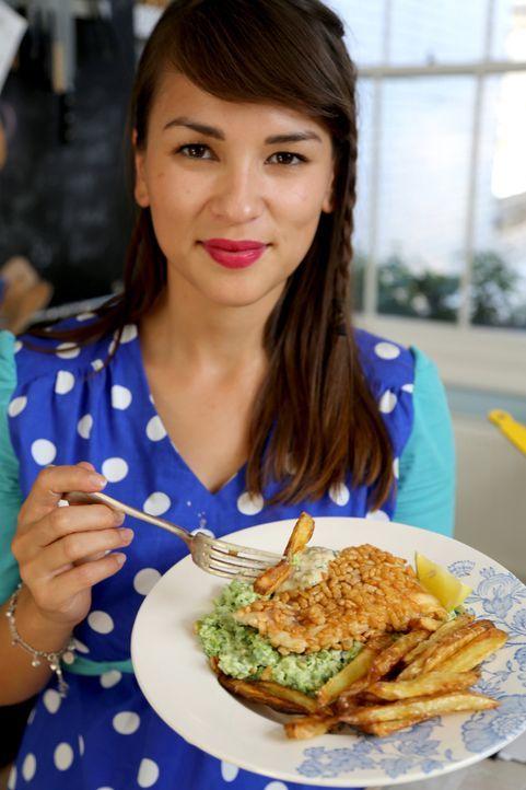 Es ist angerichtet: Rachel Khoo kann es gar nicht erwarten, ihr leckeres Fischgericht zu kosten ... - Bildquelle: Richard Hill BBC 2013