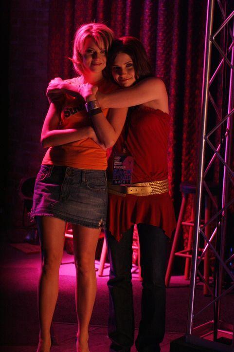 Brooke (Sophia Bush, r.) freut sich mit ihrer Freundin Peyton (Hilarie Burton, l.), deren Benefizabend großen Anklang findet ... - Bildquelle: Warner Bros. Pictures