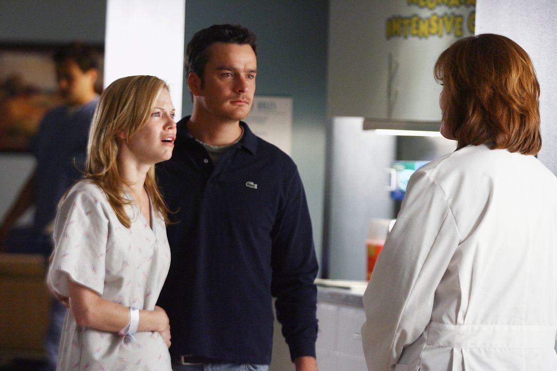 Erfahren von der Ärztin (Joan McMurtrey, r.), dass bei der Blutwäsche ihres Sohnes William Komplikationen aufgetreten sind: Julia (Sarah Jane Morris... - Bildquelle: Disney - ABC International Television