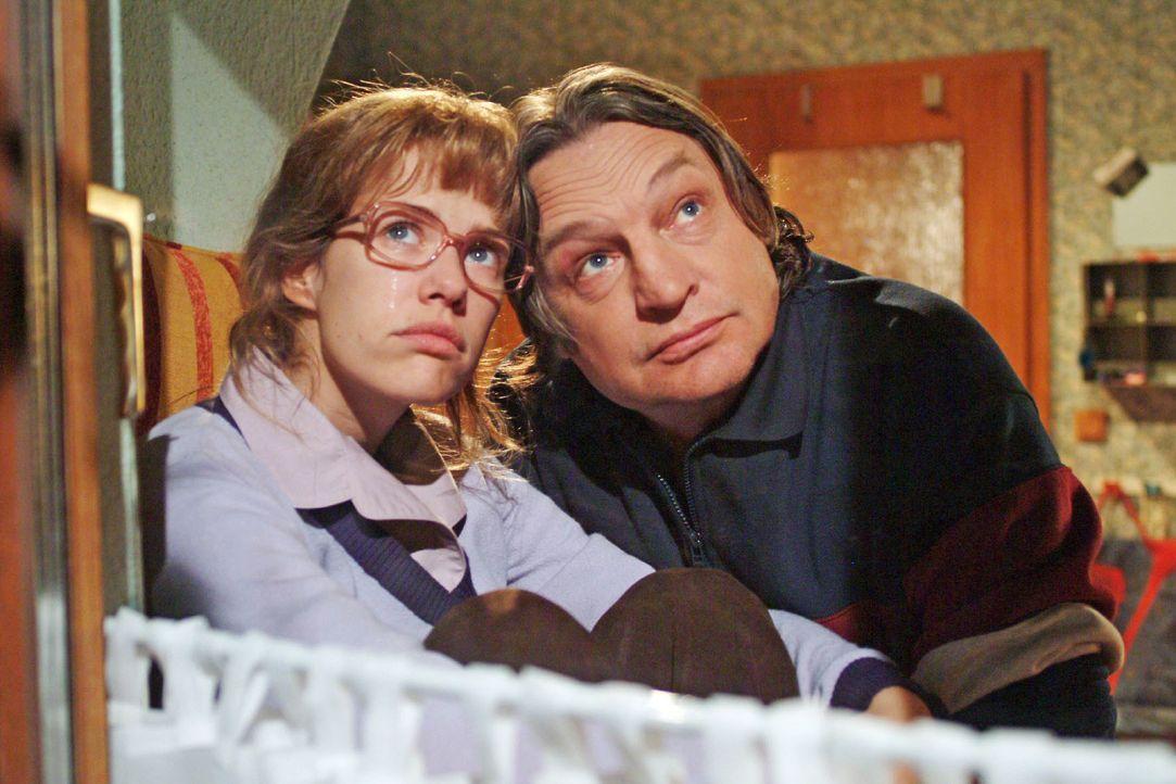 Bernd (Volker Herold, r.) macht sich Sorgen um Lisa (Alexandra Neldel, l.), die wieder einmal an ihrer Enttäuschung über David zu zerbrechen scheint... - Bildquelle: Monika Schürle SAT.1 / Monika Schürle