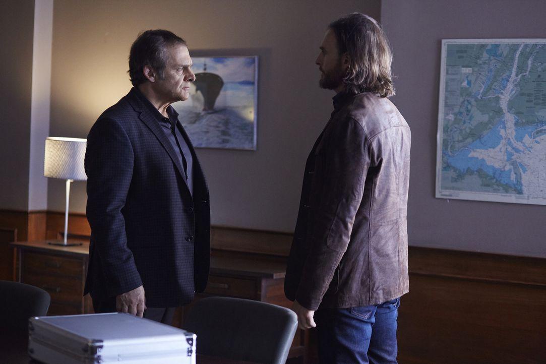 Eigentlich will Jeremy (Greg Bryk, r.) das Ende einer 30-jährigen Blutfehde heraushandeln, doch das Treffen mit Roman (Daniel Kash, l.) verläuft and... - Bildquelle: 2016 She-Wolf Season 3 Productions Inc.