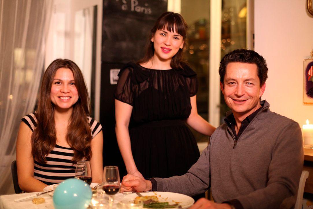 Als Rachel Khoo (M.) ihren Gästen Jennifer Whennen (l.) und David Foubard (r.) ein Filet Wellington serviert, fühlen sich die beiden wie im Himmel .... - Bildquelle: Daniel Lucchesi Plum Pictures 2012