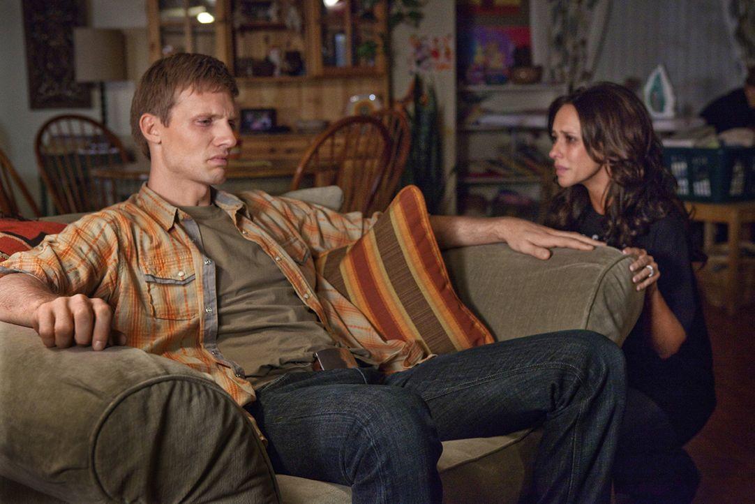 Ihre finanziellen Probleme bringen Rex Horton (Teddy Sears, l.) immer mehr Sorgen, schließlich trifft seine Frau Samantha (Jennifer Love Hewitt, r.)... - Bildquelle: Sony Pictures Television, Inc. All Rights Reserved.