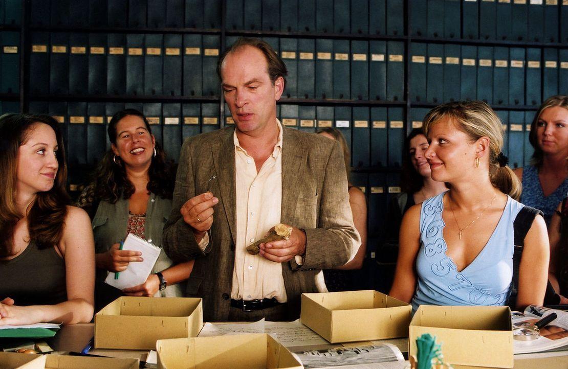Der Professor (Herbert Knaup, M.) erklärt seinen Fund. - Bildquelle: Sat.1