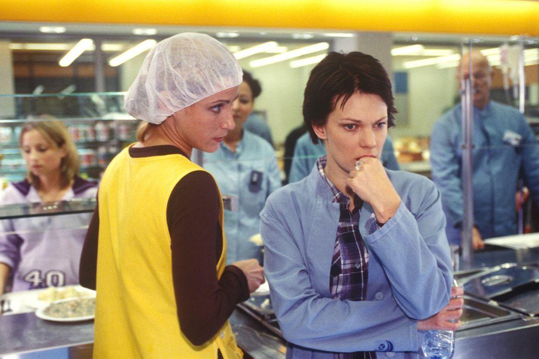 Hanna (Theresa Hübchen, r.) vertraut sich ihrer Freundin Ulrike (Astrid Posner, l.) an - sie hat einen schrecklichen Verdacht ... - Bildquelle: Sat.1