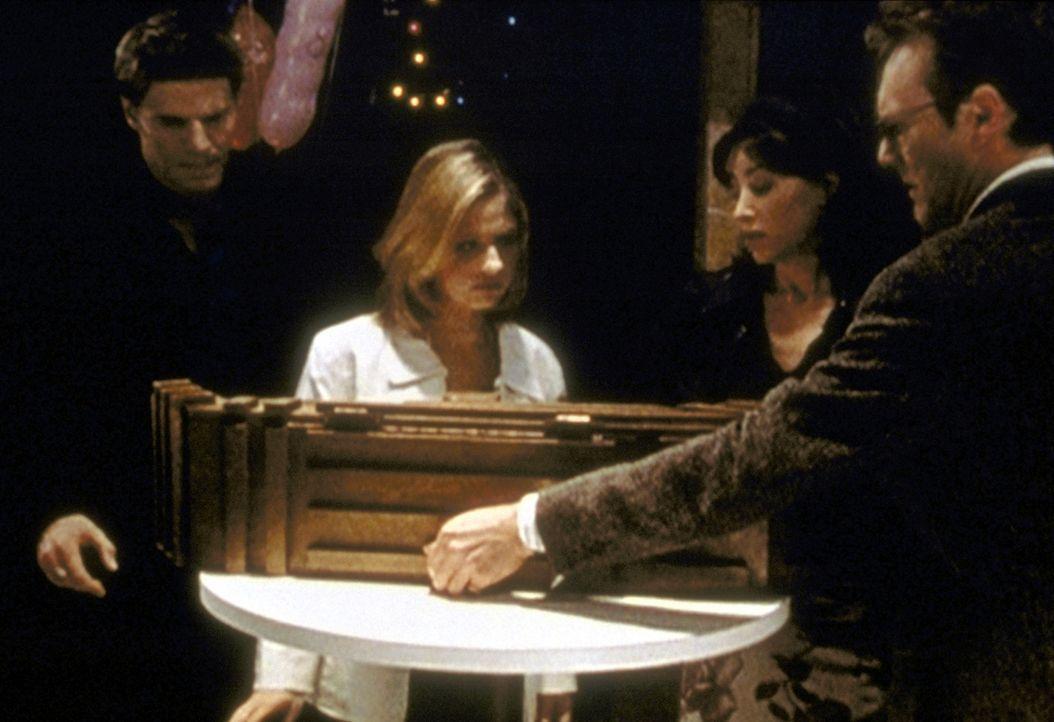 Jenny Calendar (Robia La Morte, 2.v.r.) hat eine mysteriöse Kiste gefunden. Giles (Anthony Stewart Head, r.), Buffy (Sarah Michelle Gellar, 2.v.l.)... - Bildquelle: TM +   2000 Twentieth Century Fox Film Corporation. All Rights Reserved.